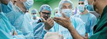 Megbeszélés a bangladesi ikrek műtéti előkészületei során. A képen balról jobbra dr. Pataki Gergely, dr. Valálik István, dr. Emu, dr. Csókay András, és dr. Jósvai Attila