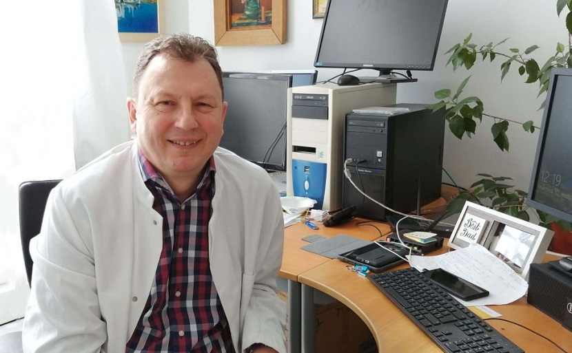 dr. Valálik István idegsebész főorvos egyetemi docens iróasztalánál